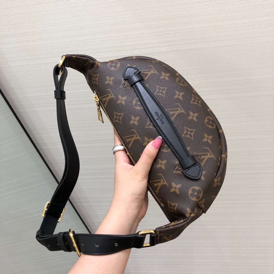路易威登官网 新版饺子胸包腰包43644 时尚圈大热门 造型犀利多种背法