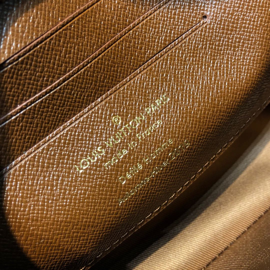2019LV秋冬系列男款手包小号44779 棕色皮革搭配老花 经典搭配时髦又不过时