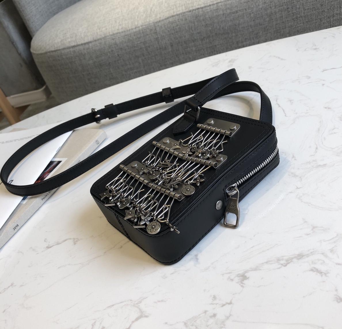 LV包包 新颜色相机包44430 挂满标志性logo 最佳时尚单品