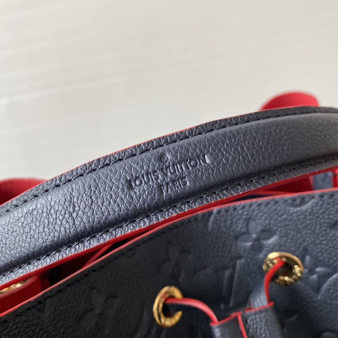 广州白云皮具城 LV压纹皮革水桶包44024 非常实用的款式 肩带可以调节长短