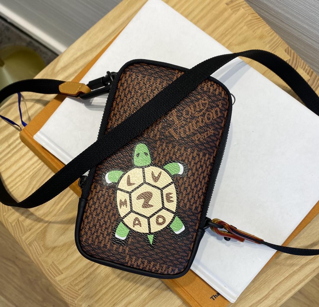 路易威登官网 最新NIGO合作系列挎包小乌龟69534 乌龟图案细节满满