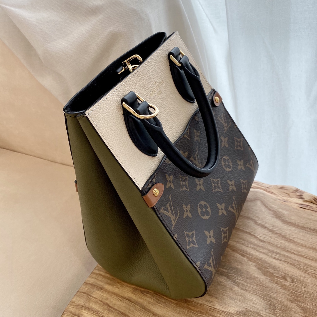 【¥1320】LV最新FOLDTOTE45538 新颖且超级实用 两侧皮革部分可以折叠出不同造型