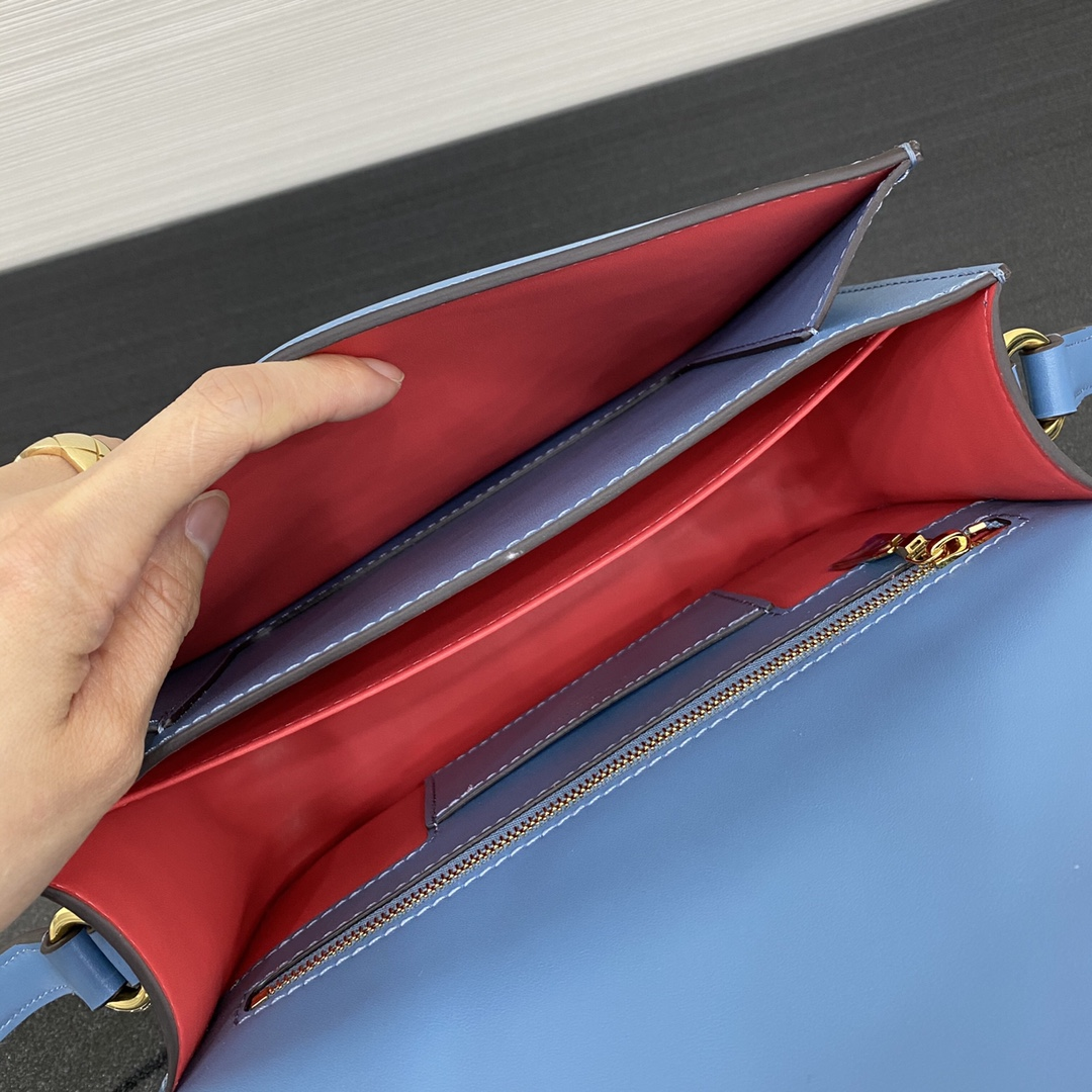 【¥1580】全新的Pont9手袋55897 以浪漫的巴黎新( pont neuf)为灵感 表现巴黎女子轻松优雅的时尚态度