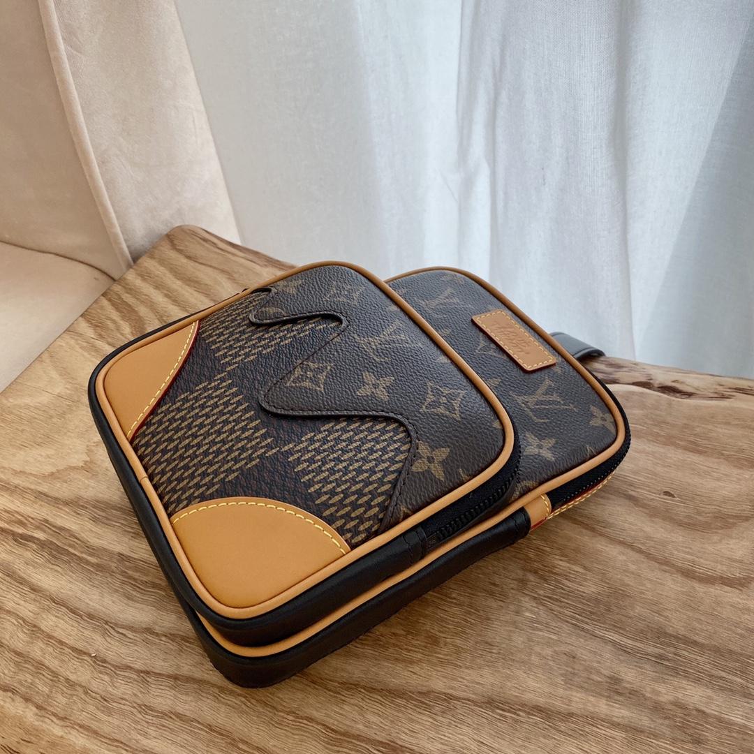 【¥750】驴家NIGO合作系列胸包40379 超大号的棋盘格 经典相机包的版型设计