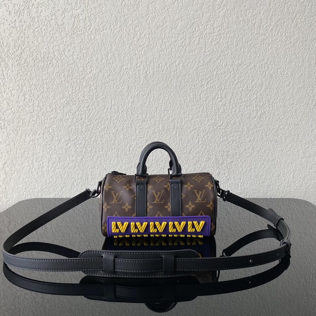 【¥1050】LV早秋系列CRUISER枕头包45788 卡通设计的斜纹字母LOGO  经典老花 巧妙的领扣式钩扣方便固定手柄