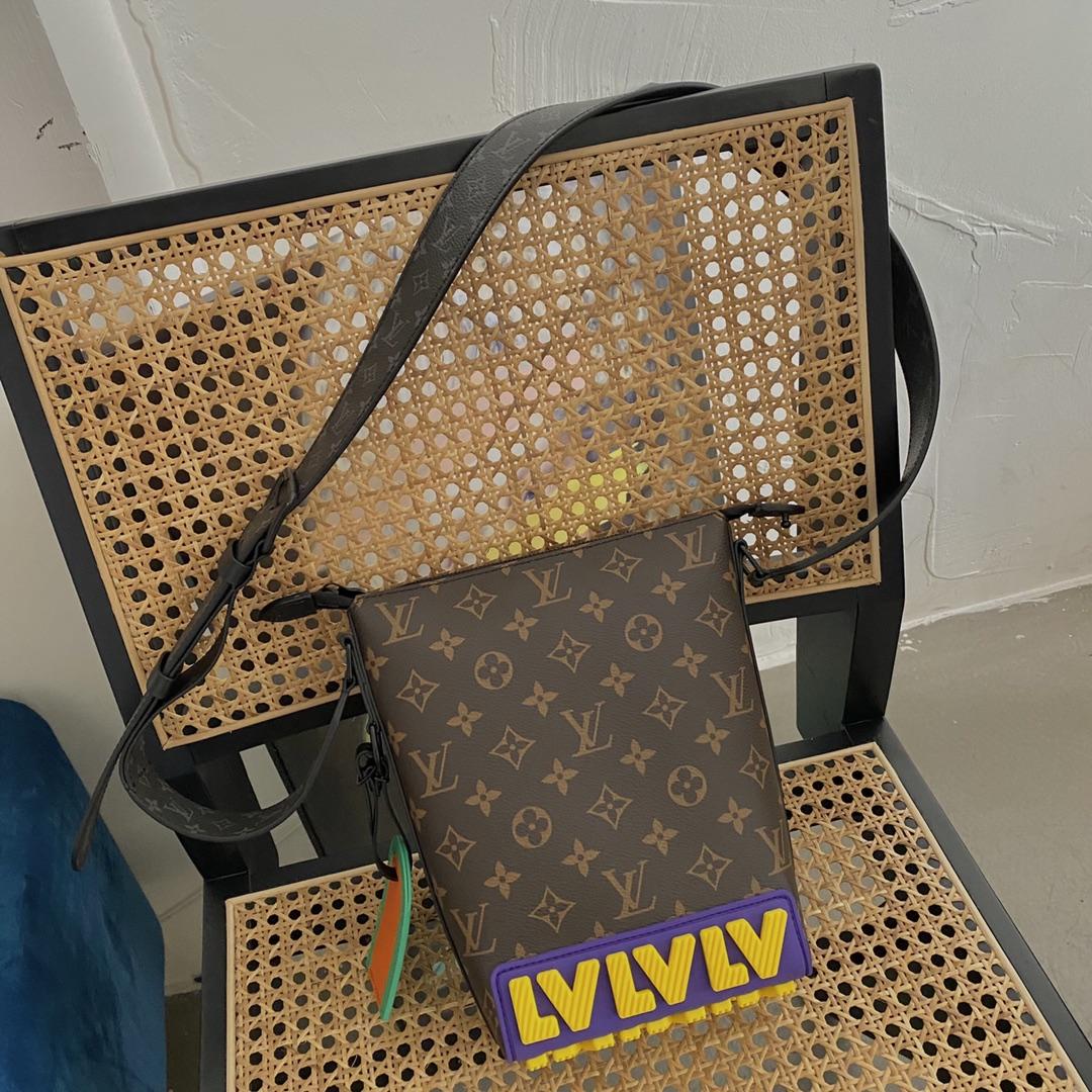 【¥1050】LV早秋系列CRUISER薯条包57966 卡通设计的斜纹字母LOGO 经典老花 巧妙的领扣式钩扣方便固定手柄