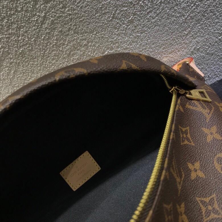 【¥980】【胸包/腰包 】 时尚圈大热门! 造型犀利 多种背法 肩带可调节  只要你有创意怎么背都时髦好看  尺寸:38×14×20cm 43644