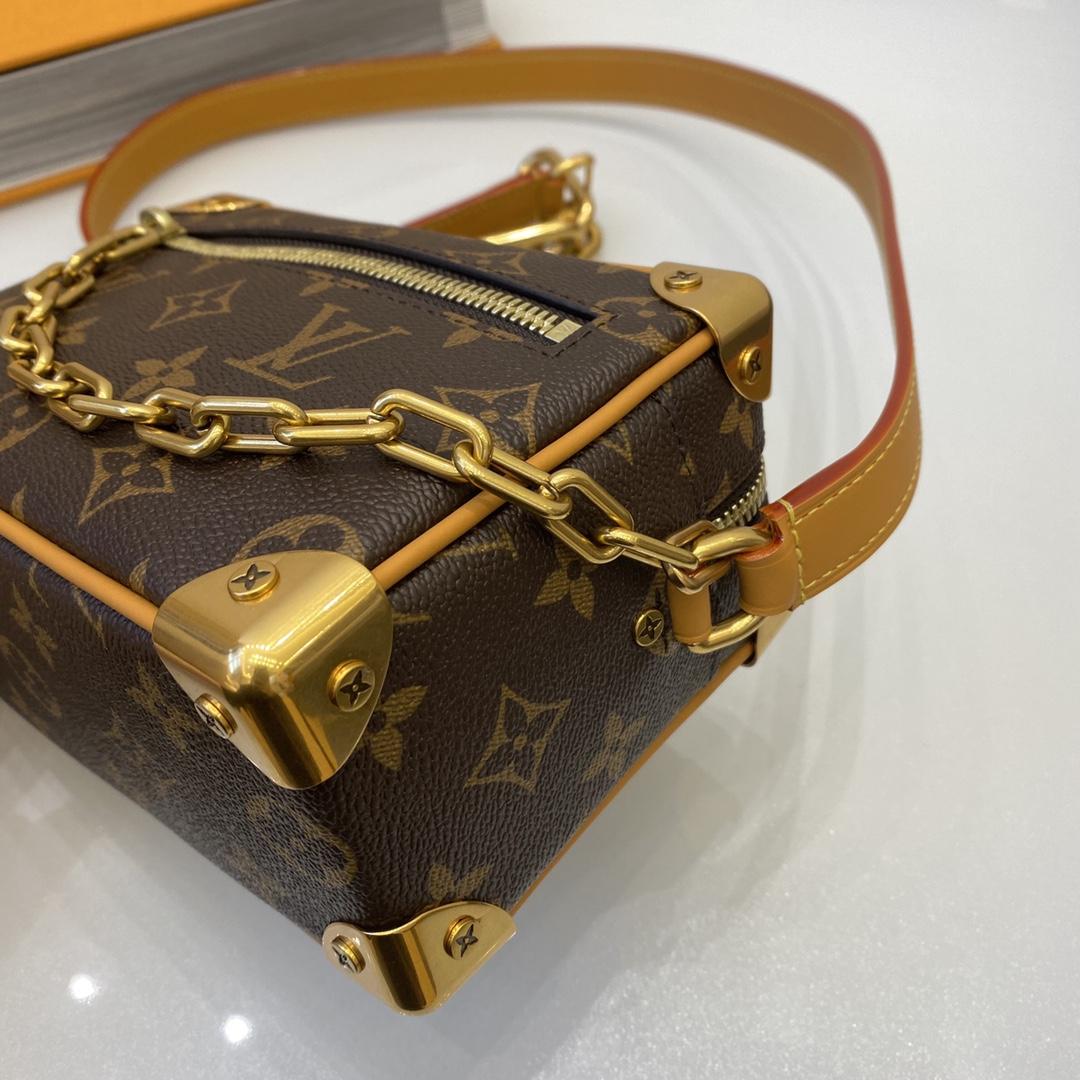【¥1150】【盒子包】 超级好看很百搭 背在身上有一种金属感 把人显得很洋气 属于一款低调又洋气又霸气的包 18×12×7cm44435/68906
