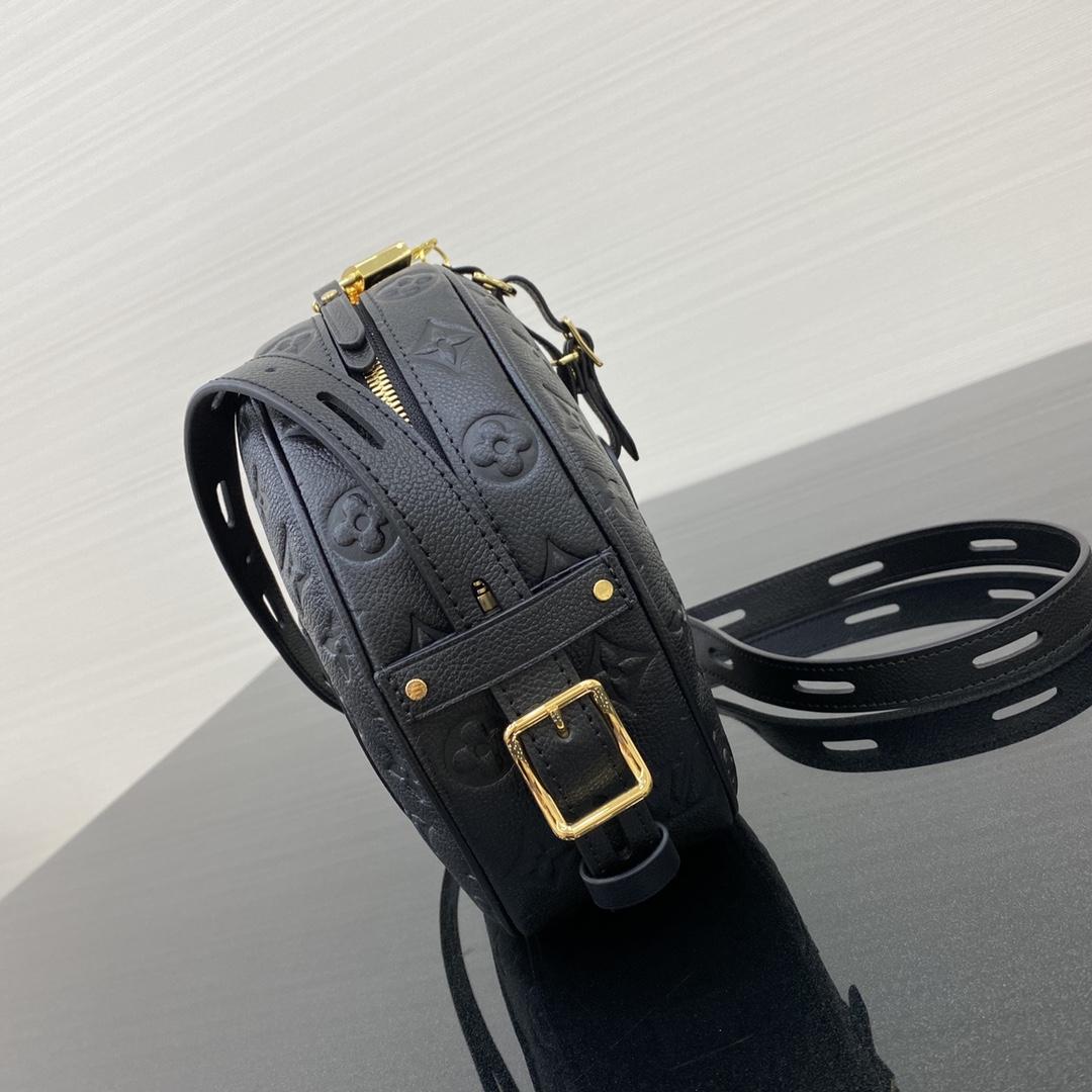 【¥1200】【帽箱包】 实力热门款 百搭王+大容量 肩带长短随意调节 进口牛皮非常柔软舒适  尺寸:22×20×7cm43512
