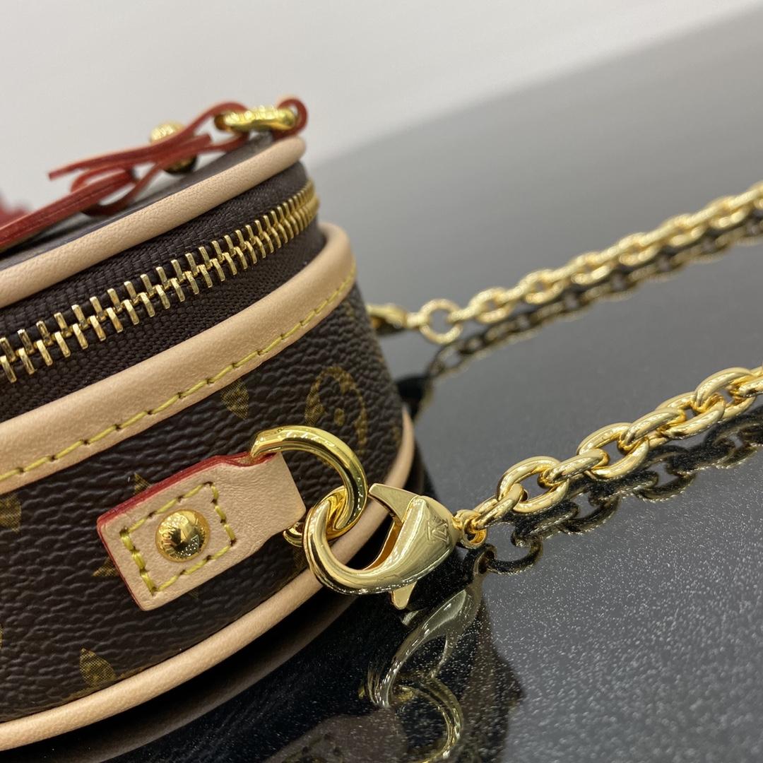 ¥680【mini项链圆饼】 又是个装可爱的小包,小巧精致,萌翻啦! 尺寸:9×4.8×9cm43522